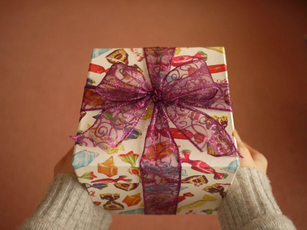 包装紙は使わない!箱と簡単リボンラッピングで贈りものに特別感を。